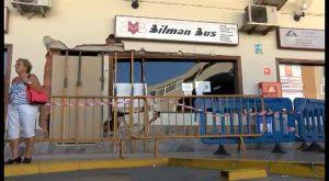 Un autobús pierde el control en su entrada a la estación de Torrevieja y arrolla a una mujer