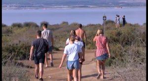 Las sanciones de hasta 6.000 euros no frenan a los bañistas de la laguna rosada