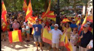 """La Plaza de la Constitución de Torrevieja se llena de personas a favor de """"la unidad de España"""""""