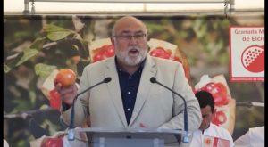 El chef Ricard Camarena realizar el primer corte de la Granada Mollar en Albatera