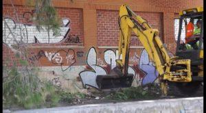 Limpian el entorno del antiguo IES Vega Baja tras una década de abandono