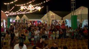 Cientos de personas se acercan a la Feria de Sevillanas en su último fin de semana de fiesta