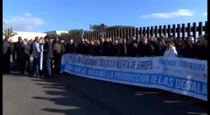En torno a 200 personas se manifiestan en las puertas de la desalinizadora de Torrevieja