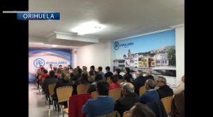 El diputado nacional congrega a un centenar de personas en la sede del PP de Orihuela