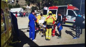Los bomberos rescatan a dos escaladores tras sufrir un accidente en la sierra de Redován