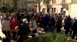 """Cerca de 300 personas protestan contra la """"mísera"""" subida del 0,25% de las pensiones"""