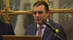 Orihuela entrega al Caballero Cubierto el acta del acuerdo plenario con su nombramiento
