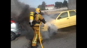 Ven arder su coche tras aparcar y entrar a una cafetería de Almoradí