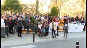 Más de un centenar de personas protestan contra el Ayuntamiento en defensa de la Semana Santa