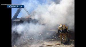 Incendio en un desguace de Orihuela
