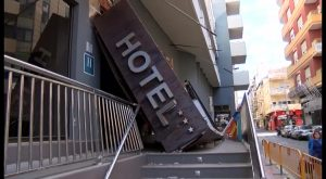 Se derrumba la marquesina del Hotel Fontana en Torrevieja