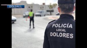 La policía local de Dolores detiene a un presunto ladrón que se escondió en un colegio