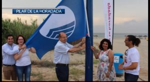 El Alcalde de Pilar de la Horadada iza las banderas azules y Qualitur en las playas del municipio