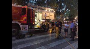 Explosiones, humo y fuego en un gran incendio declarado en un edificio de 10 plantas de Orihuela