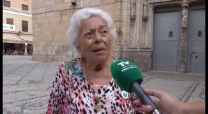 """Hazte Oír premia por su """"valentía"""" a la vecina callosina que proyecta la Cruz desde su balcón"""