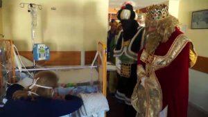 La magia de los Reyes ilumina las caras de los niños hospitalizados en el Vega Baja