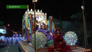 Sus Majestades los Reyes Magos de Oriente reparten magia a su paso por la Vega Baja