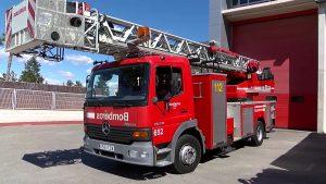 Los bomberos rescatan a un joven sin techo atrapado por el fuego