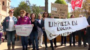 Las trabajadoras de la limpieza de la Residencia trasladan la protesta al centro de Torrevieja