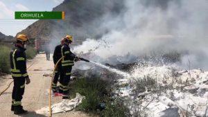 Un incendio de basura y escombros en el polígono Puente Alto moviliza a los bomberos
