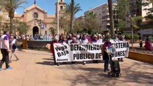 Más de un centenar de personas se manifiestan en defensa de las pensiones