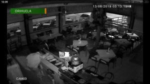 Una cámara de seguridad delata a dos ladrones que intentaban robar en una pizzería de Orihuela Costa
