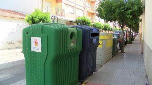 Quejas vecinales por los contenedores de reciclaje en Almoradí