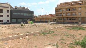 El Ayuntamiento de Cox limpia los solares del municipio para evitar insectos e incendios