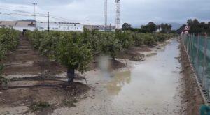 Campos inundados y carreteras cortadas en el interior de la comarca