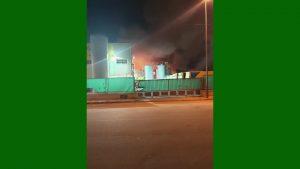 Un incendio en el Polígono Mos del Bou obliga a acordonar la zona por peligro de explosión