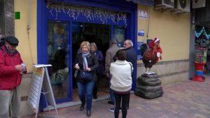 Colas en las administraciones para comprar Lotería de Navidad