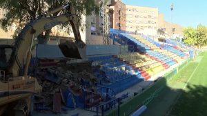 Derribo de graderío en el estadio de fútbol Los Arcos de Orihuela