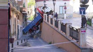 Un camión queda suspendido en la subida del Seminario de Orihuela