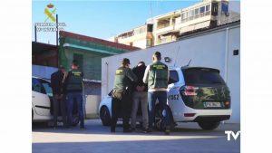 La Guardia Civil detiene en Crevillente a dos hombres por el robo en vehículos aparcados en polígono