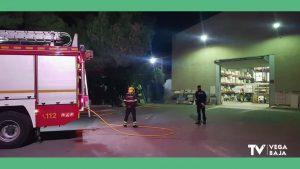 La policía y los bomberos llegan a tiempo para evitar el incendio en una empresa de Albatera