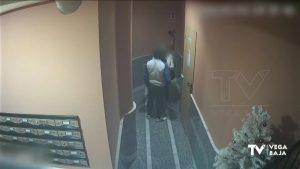 La Guardia Civil detiene en Torrevieja a un hombre por atracar a una mujer en un portal