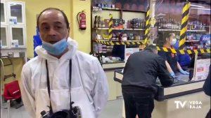 Un supermercado en La Mata toma la temperatura a sus clientes y ayuda a su clientela mayor