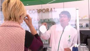 Los mayores de 65 y colectivos de riesgo ya pueden recoger gratis tres mascarillas en las farmacias
