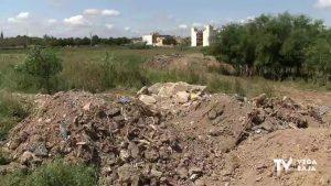 Vecinos de Daya Nueva alertan de vertidos en una parcela en zona residencial