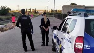 La policía controla las aglomeraciones y toma la temperatura a los viandantes