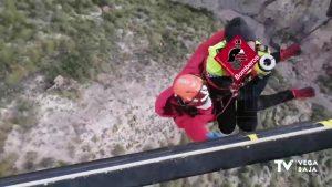 Los bomberos rescatan de la montaña a una joven herida tras sufrir una caída