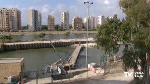 Continúan buscando solución al problema de vertidos en la barrera de flotantes de Guardamar