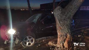 Un conductor novel choca contra un árbol en Orihuela