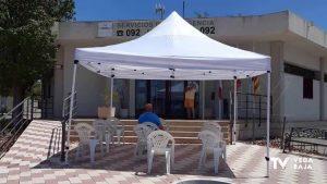 Instalan una carpa con sillas a las puertas del centro médico de la urbanización La Marina