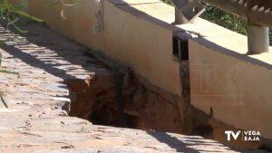 Un socavón en el paseo marítimo de Cabo Roig impide el paso a uno de los accesos de La Caleta