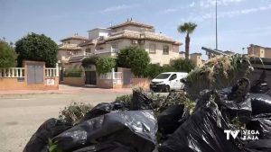 Vecinos de Lomas de Cabo Roig denuncian el abandono de calles y parques