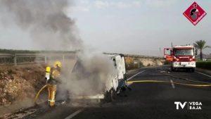 Los bomberos intervienen en el incendio de una furgoneta con carga de botellas de oxígeno
