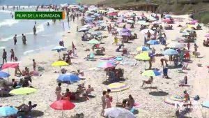 Hasta la bandera las playas de Pilar de la Horadada en un verano atípico por la Covid-19