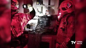 Los bomberos extinguen el fuego de una campana extractora en una cocina de Rojales