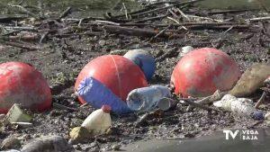 Retiradas más de tres toneladas de basura en la barrera de flotantes de Orihuela en menos de un mes